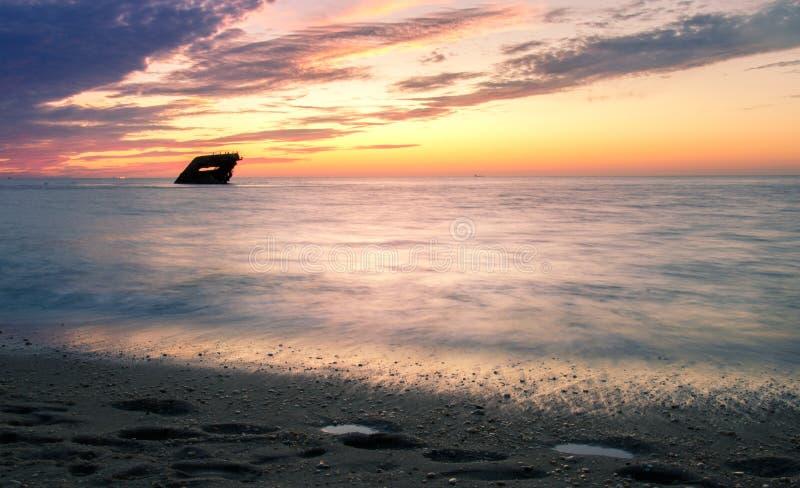 Ρομαντικό ηλιοβασίλεμα με ένα ναυάγιο στο ακρωτήριο Μάιος στοκ φωτογραφίες