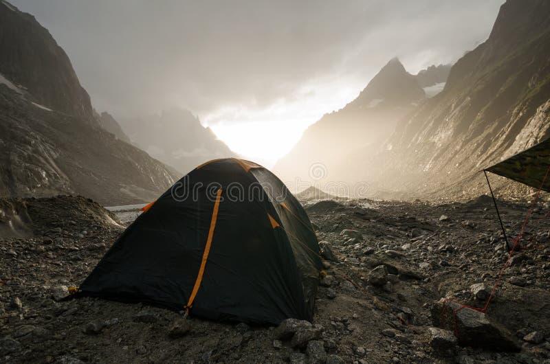 Ρομαντικό ηλιοβασίλεμα στο αλπικό στρατόπεδο στοκ φωτογραφία