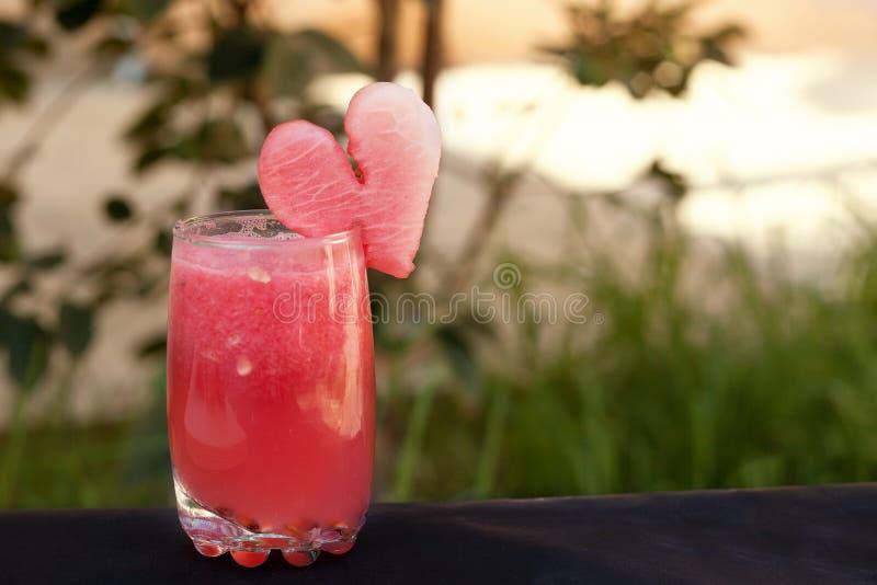Ρομαντικό θερινό κοκτέιλ από το καρπούζι Υγιής χυμός θερινού χρόνου στοκ εικόνες