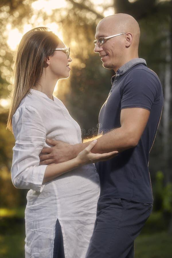 Ρομαντικό καλό νέο ζεύγος, που εξετάζει το ένα το άλλο, στοκ φωτογραφίες με δικαίωμα ελεύθερης χρήσης