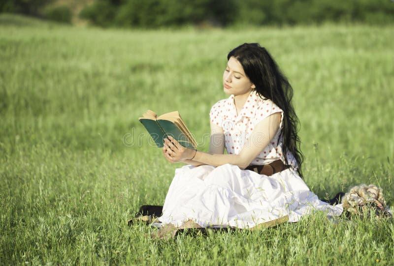 Ρομαντικό κορίτσι που διαβάζει ένα βιβλίο στοκ εικόνα