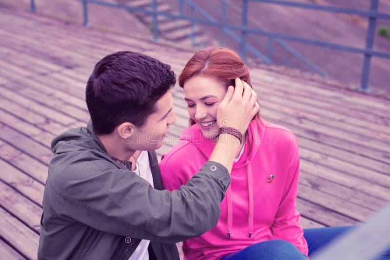 Ρομαντικό με κοντά μαλλιά άτομο ήπια σχετικά με τη μακρυμάλλη κυρία το στοκ φωτογραφία