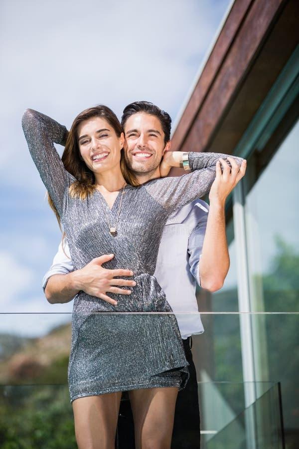 Ρομαντικό νέο ζεύγος που αγκαλιάζει στο μπαλκόνι στοκ φωτογραφία με δικαίωμα ελεύθερης χρήσης