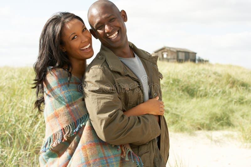 Ρομαντικό νέο ζεύγος που υπερασπίζεται τους αμμόλοφους στοκ φωτογραφίες