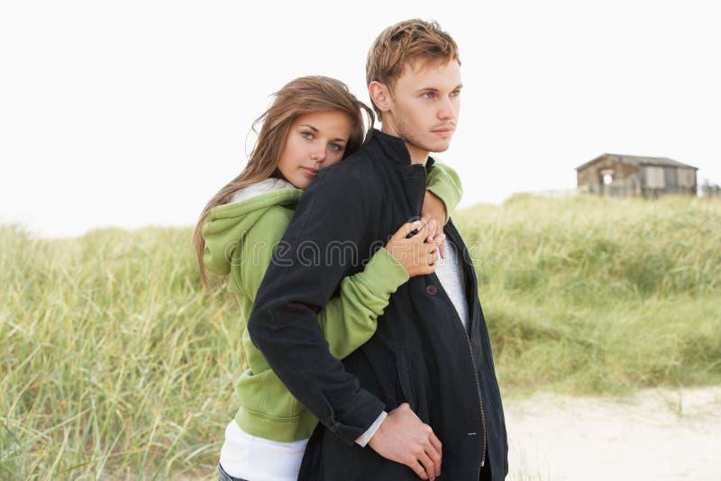 Ρομαντικό νέο ζεύγος που υπερασπίζεται τους αμμόλοφους στοκ φωτογραφία με δικαίωμα ελεύθερης χρήσης