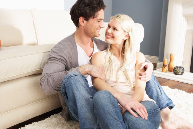 Ρομαντικό νέο ζεύγος που χαλαρώνει μαζί στο σπίτι στοκ εικόνα με δικαίωμα ελεύθερης χρήσης