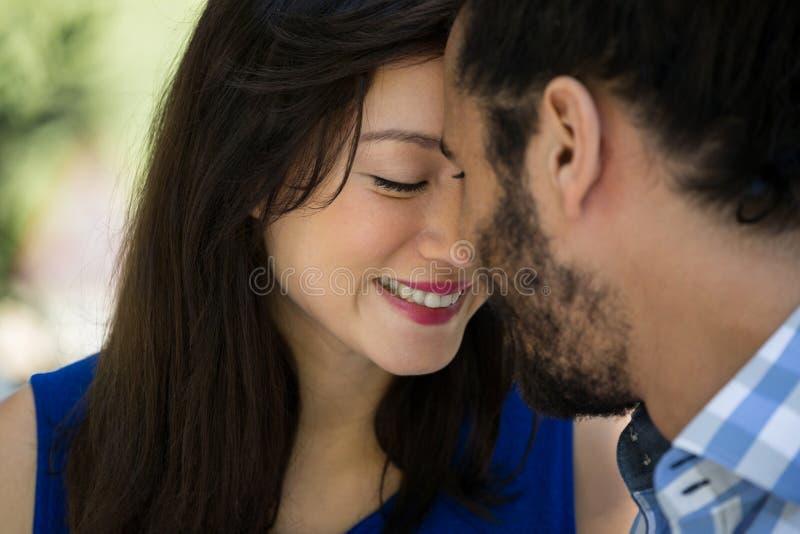 Ρομαντικό νέο ζεύγος στο πάρκο στοκ φωτογραφία με δικαίωμα ελεύθερης χρήσης