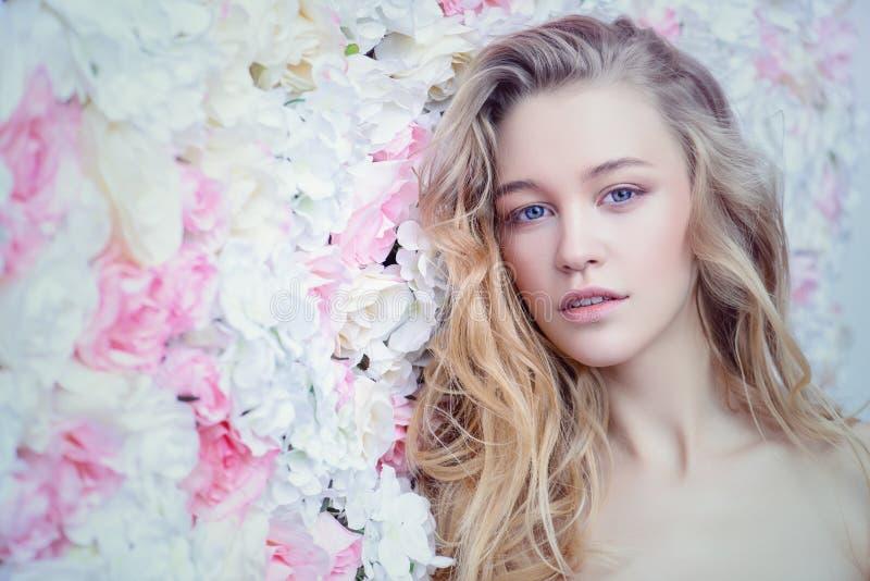 Ρομαντικό ξανθό κορίτσι στοκ εικόνα