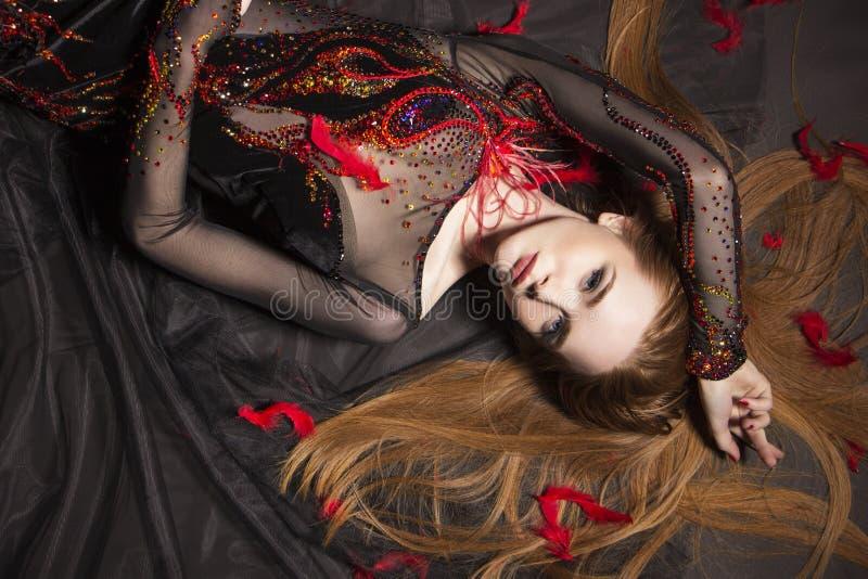 Ρομαντικό πορτρέτο ενός κοριτσιού πιπεροριζών Φόρεμα με τα σπινθηρίσματα και τον άθλο στοκ φωτογραφία με δικαίωμα ελεύθερης χρήσης