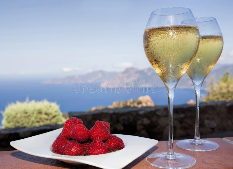 Ρομαντικό ποτό στην Κορσική με τις φράουλες και το άσπρο κρασί στοκ φωτογραφίες με δικαίωμα ελεύθερης χρήσης