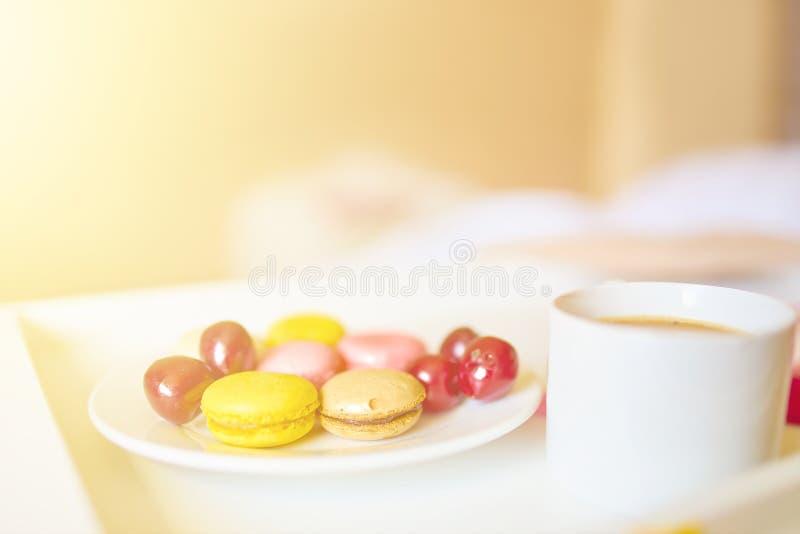 Ρομαντικό πρόγευμα με τα macarons και τον καφέ στοκ φωτογραφία με δικαίωμα ελεύθερης χρήσης