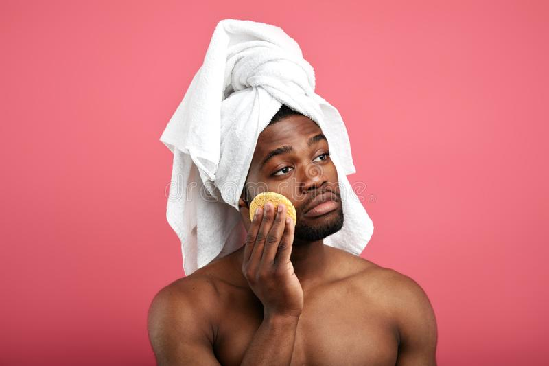 Ρομαντικό σοβαρό άτομο με ένα μαξιλάρι στο μάγουλό του που κοιτάζει κατά μέρος στοκ εικόνες