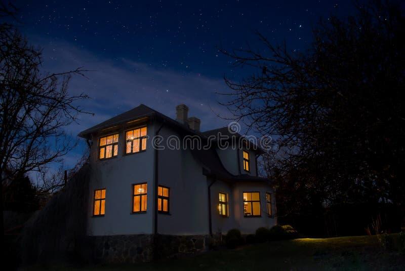 Ρομαντικό σπίτι με ένα φως στο παράθυρο Τοπίο νύχτας το καλοκαίρι στοκ φωτογραφία με δικαίωμα ελεύθερης χρήσης
