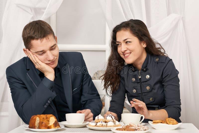 Ρομαντικό τσάι κατανάλωσης ζευγών με τα μπισκότα και ομιλία στοκ εικόνα