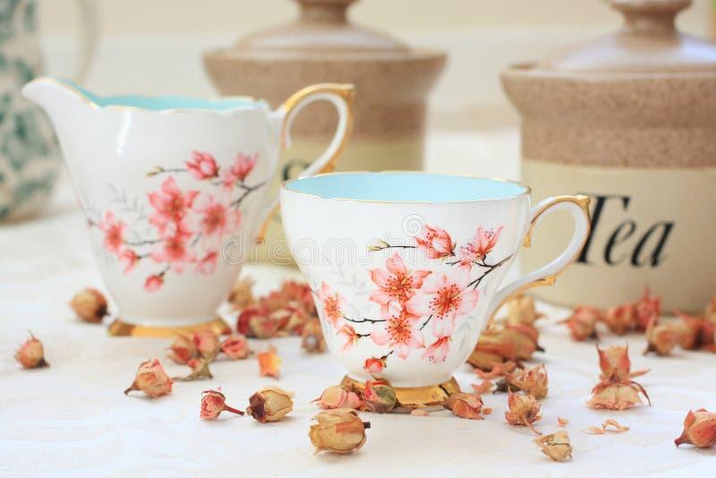 Ρομαντικό τσάι /coffee που θέτει στον πίνακα στοκ εικόνα με δικαίωμα ελεύθερης χρήσης