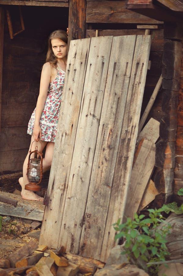 Ρομαντικό λυπημένο κορίτσι με έναν λαμπτήρα στη σιταποθήκη στοκ εικόνες με δικαίωμα ελεύθερης χρήσης
