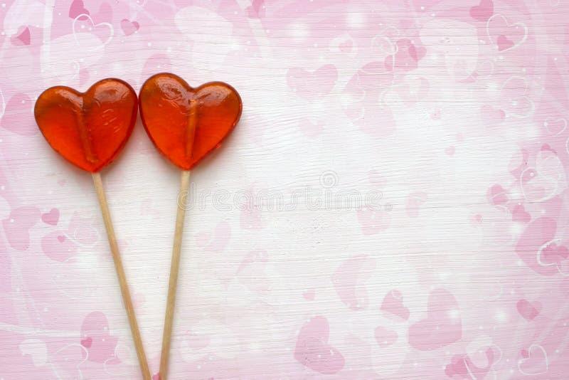 Ρομαντικό υπόβαθρο ημέρας βαλεντίνων ` s Lollipops με μορφή στενού επάνω καρδιών που απομονώνεται στο άσπρο υπόβαθρο στοκ φωτογραφία με δικαίωμα ελεύθερης χρήσης