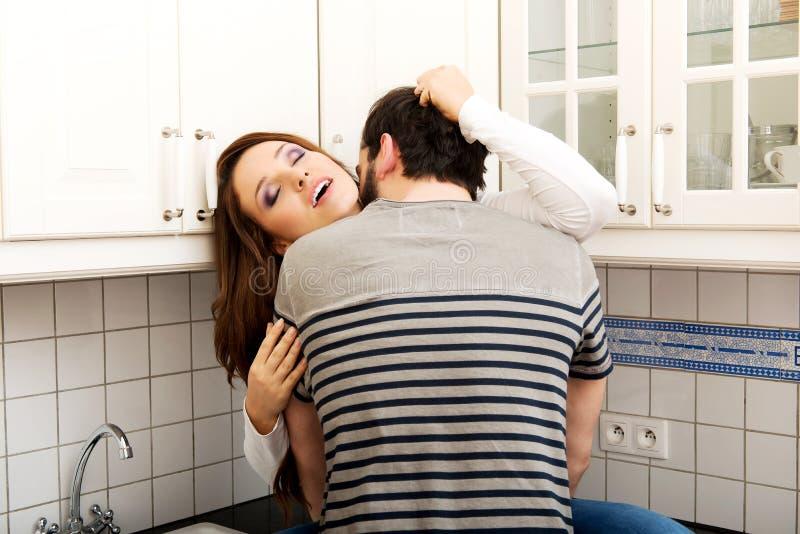 Ρομαντικό φίλημα ζευγών στην κουζίνα στοκ εικόνες με δικαίωμα ελεύθερης χρήσης
