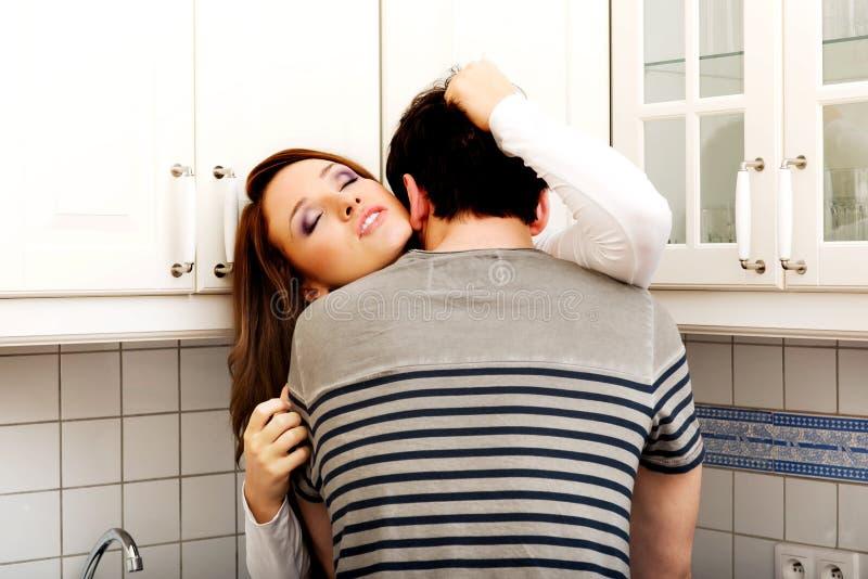 Ρομαντικό φίλημα ζευγών στην κουζίνα στοκ φωτογραφία με δικαίωμα ελεύθερης χρήσης