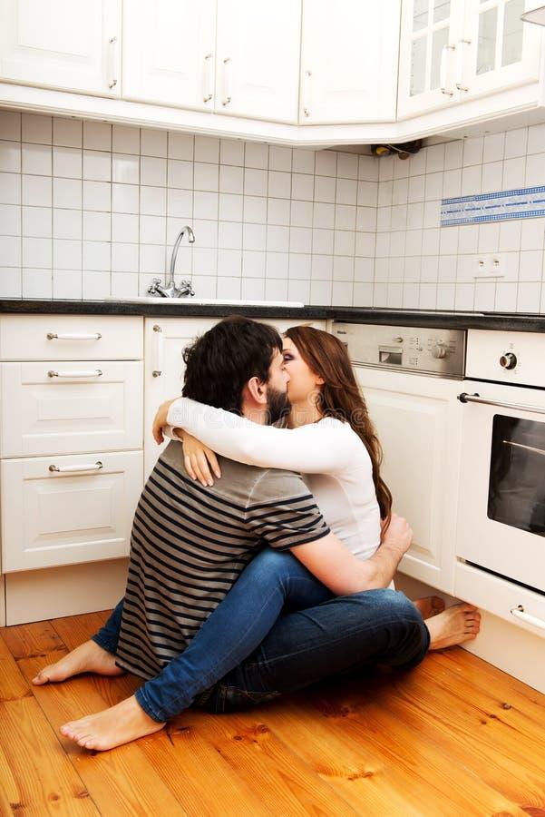 Ρομαντικό φίλημα ζευγών στην κουζίνα στοκ φωτογραφία