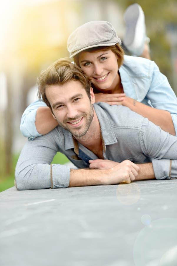 Ρομαντικό χαρούμενο ζεύγος που βρίσκεται στο πάτωμα οδών στοκ φωτογραφία με δικαίωμα ελεύθερης χρήσης