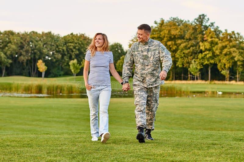 Ρομαντικό ώριμο ζεύγος που περπατά στη χλόη στοκ φωτογραφία