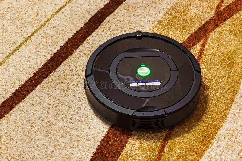 Ρομποτική ηλεκτρική σκούπα στον τάπητα στοκ εικόνα με δικαίωμα ελεύθερης χρήσης