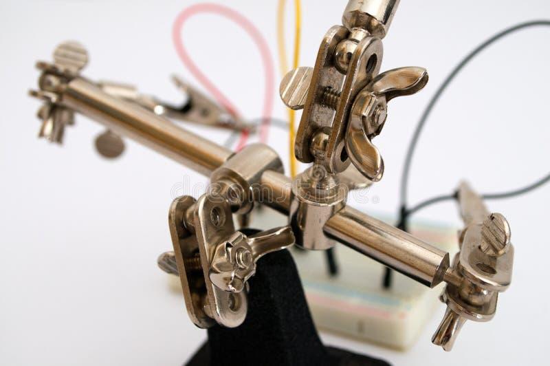 Ρομπότ για τη σύζευξη των καλωδίων στον πίνακα στοκ φωτογραφίες