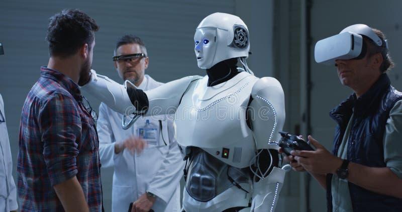 Ρομπότ δοκιμής επιστημόνων με τις χειρονομίες στοκ φωτογραφία με δικαίωμα ελεύθερης χρήσης