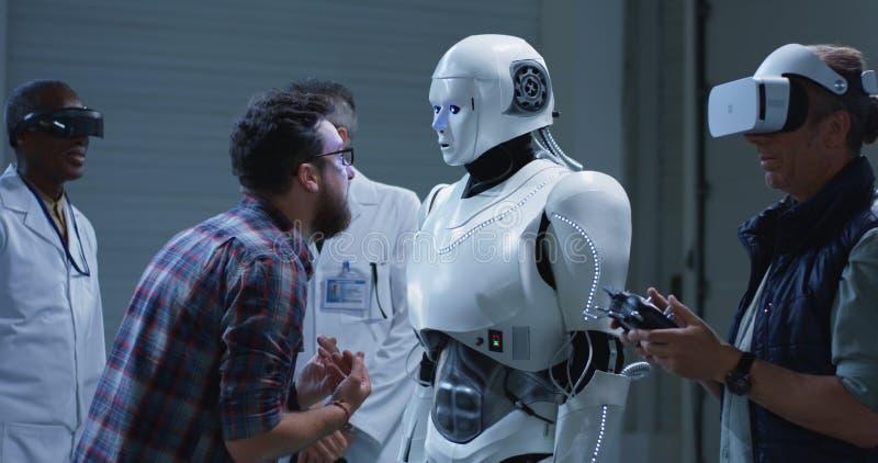 Ρομπότ δοκιμής επιστημόνων με τις χειρονομίες στοκ εικόνες