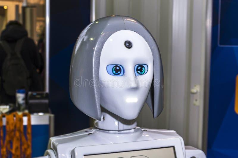 Ρομπότ στη θηλυκή ενδυμασία στοκ εικόνες
