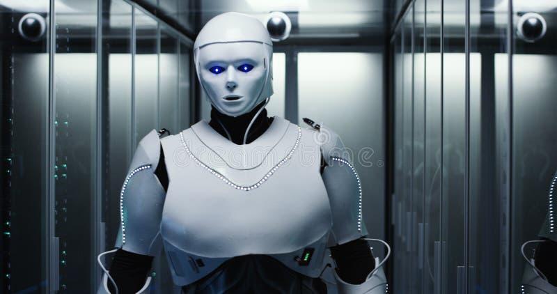 Ρομπότ Humanoid που ελέγχει τους κεντρικούς υπολογιστές σε ένα κέντρο δεδομένων στοκ εικόνες
