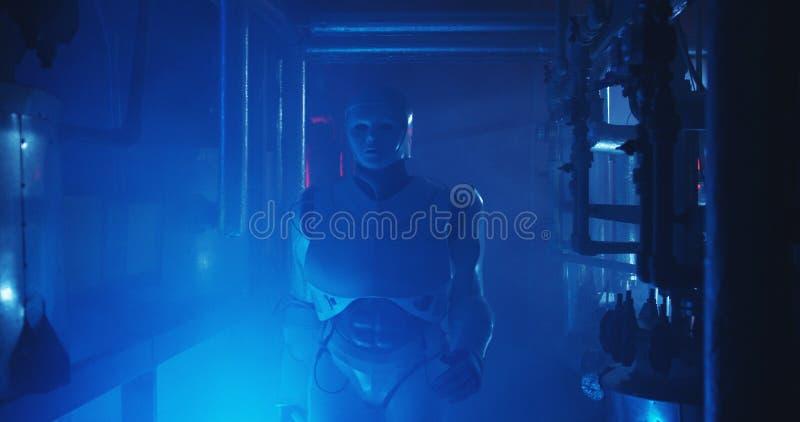 Ρομπότ Humanoid που λειτουργεί σε ένα γεμισμένο καπνός εργαστήριο στοκ φωτογραφίες με δικαίωμα ελεύθερης χρήσης