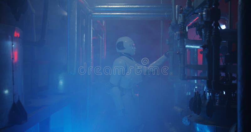 Ρομπότ Humanoid που λειτουργεί σε ένα γεμισμένο καπνός εργαστήριο στοκ εικόνες