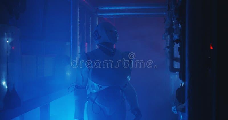 Ρομπότ Humanoid που λειτουργεί σε ένα γεμισμένο καπνός εργαστήριο στοκ φωτογραφία με δικαίωμα ελεύθερης χρήσης