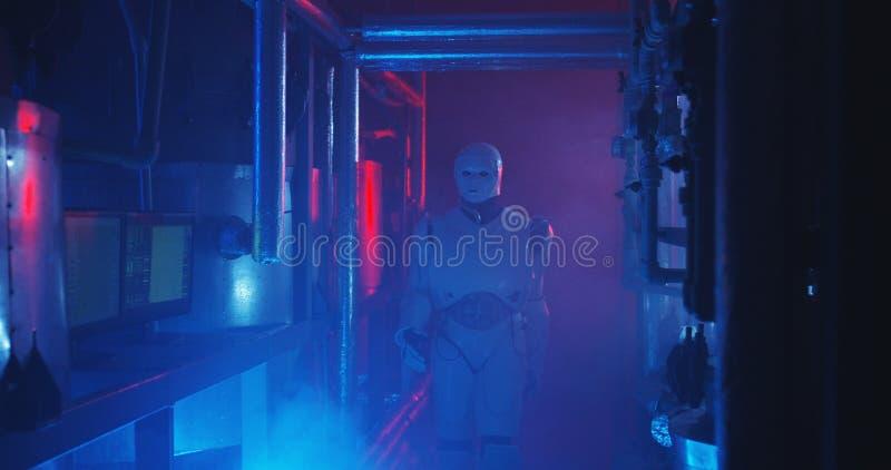 Ρομπότ Humanoid που λειτουργεί σε ένα γεμισμένο καπνός εργαστήριο στοκ φωτογραφίες
