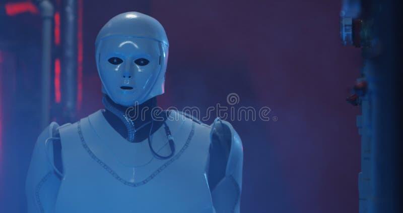 Ρομπότ Humanoid που λειτουργεί σε ένα γεμισμένο καπνός εργαστήριο στοκ εικόνα με δικαίωμα ελεύθερης χρήσης