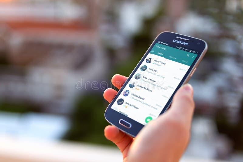 ΡΟΣΑΡΙΟ, ΑΡΓΕΝΤΙΝΗ - 8 ΝΟΕΜΒΡΊΟΥ 2017: Κορίτσι στο ηλιοβασίλεμα με το smartphone στα χέρια της και μια συνομιλία whatsapp στην οθ στοκ εικόνες με δικαίωμα ελεύθερης χρήσης