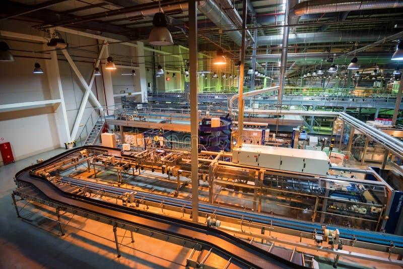 ΡΟΣΤΌΦ--ΦΟΡΕΣΤΕ, ΤΟ ΝΟΈΜΒΡΙΟ ΤΟΥ 2018 ΤΗΣ ΡΩΣΙΑΣ -13: Βιομηχανικό εσωτερικό του εργοστασίου της Coca-Cola στοκ εικόνα με δικαίωμα ελεύθερης χρήσης