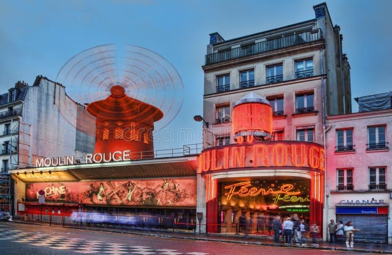 Ρουζ Moulin στο σούρουπο στοκ εικόνες με δικαίωμα ελεύθερης χρήσης