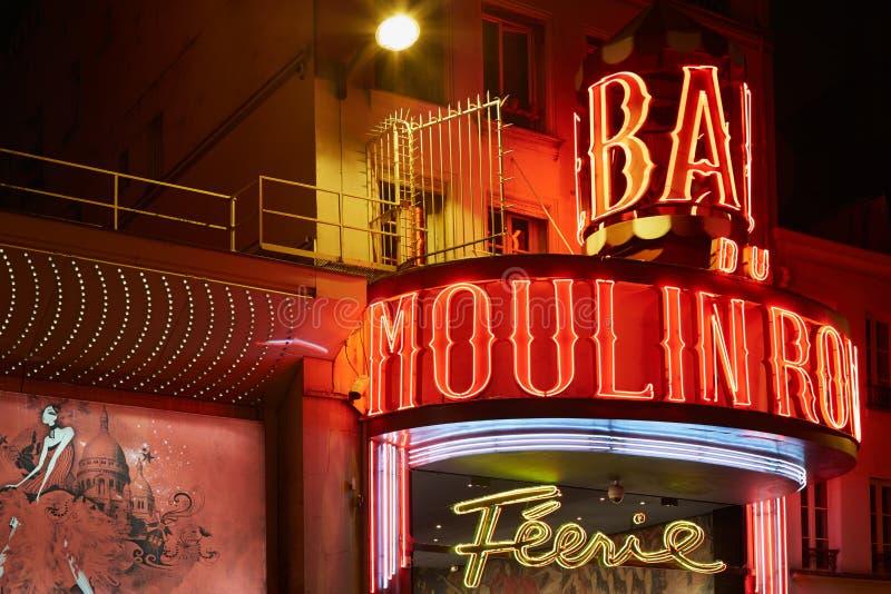 Ρουζ Moulin τή νύχτα στο Παρίσι στοκ εικόνα