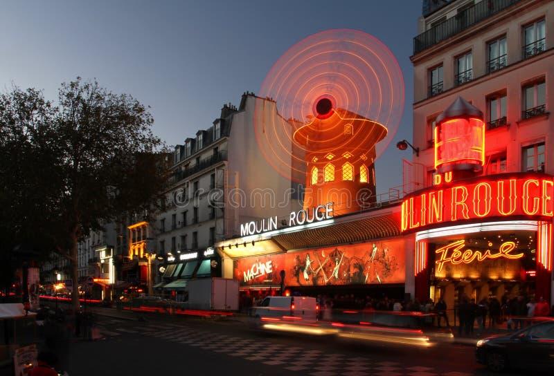 Ρουζ Moulin τη νύχτα στοκ εικόνα με δικαίωμα ελεύθερης χρήσης