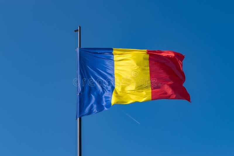 Ρουμανική σημαία κυματίζει ηλιόλουστη θερινή ημέρα στην Άλμπα Ιουλία της Ρουμανίας στοκ εικόνα