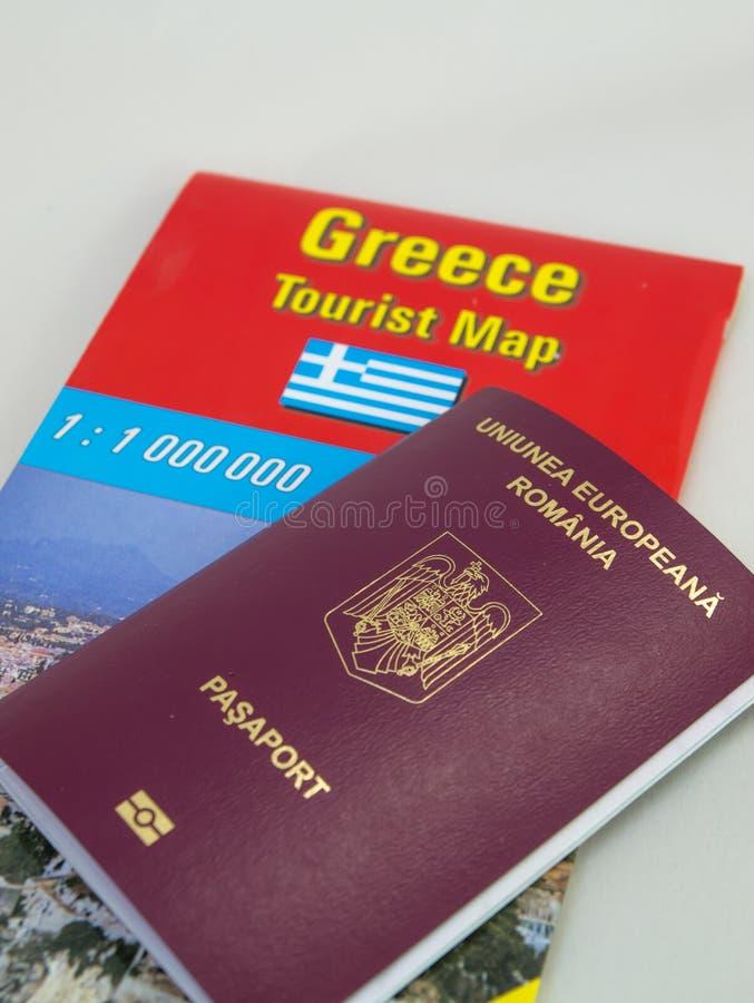 Ρουμανικό διαβατήριο στο χάρτη τουριστών της Ελλάδας στοκ φωτογραφίες με δικαίωμα ελεύθερης χρήσης