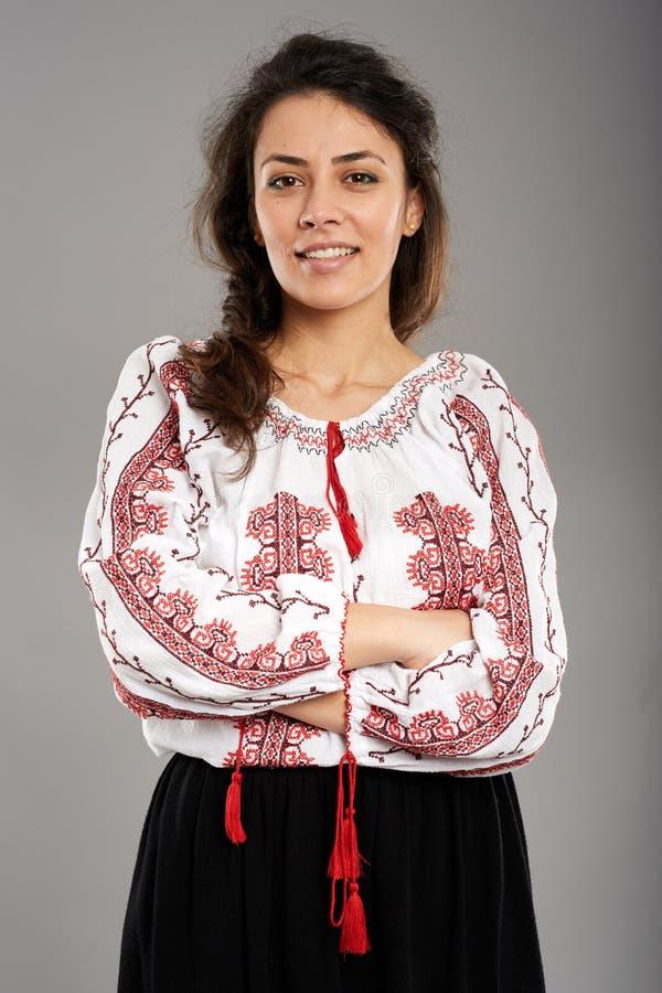 Ρουμανικό κορίτσι στο παραδοσιακό κοστούμι στοκ εικόνες με δικαίωμα ελεύθερης χρήσης