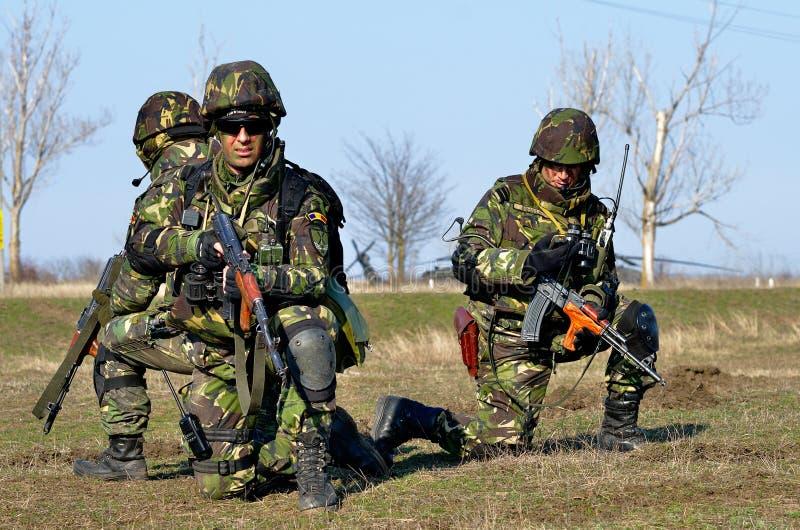 Ρουμανικό πεζικό στο στρατιωτικό πολύγωνο στοκ εικόνα