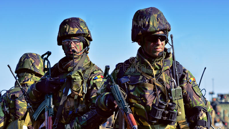 Ρουμανικό πεζικό στο στρατιωτικό πολύγωνο στοκ φωτογραφία