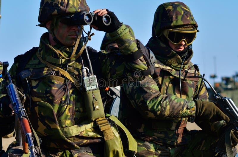 Ρουμανικό πεζικό στο στρατιωτικό πολύγωνο στοκ εικόνα με δικαίωμα ελεύθερης χρήσης