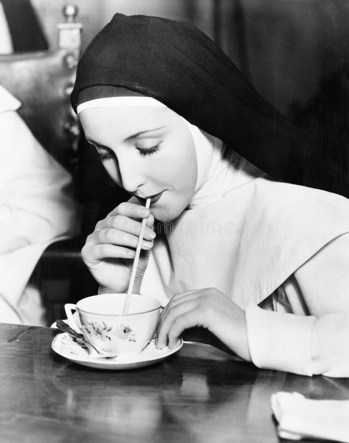 Ρουφώντας γουλιά γουλιά τσάι καλογριών από μια φλυτζάνα τσαγιού με ένα άχυρο (όλα τα πρόσωπα που απεικονίζονται δεν ζουν περισσότ στοκ εικόνες με δικαίωμα ελεύθερης χρήσης