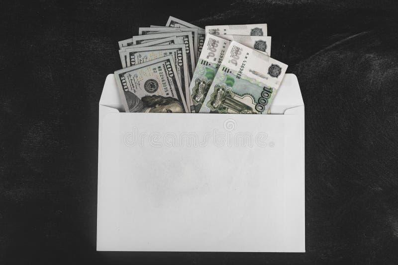 Ρούβλια και δολάρια Χρήματα στο φάκελο τρισδιάστατο έννοιας δολαρίων ποσοστό ανάπτυξης ανταλλαγής μειωμένο Τιμές ανόδου και πτώση στοκ φωτογραφίες με δικαίωμα ελεύθερης χρήσης